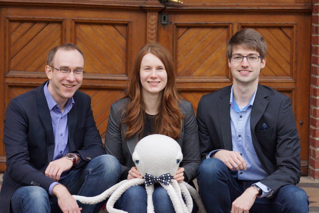 Dr. Matthias Mertens, Janine Mertens und Simon Eilers gemeinsam mit Cruvipus (v.l.n.r.; Bild: CRUVIDU)