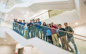 Hyperloop-Team auf Treppe